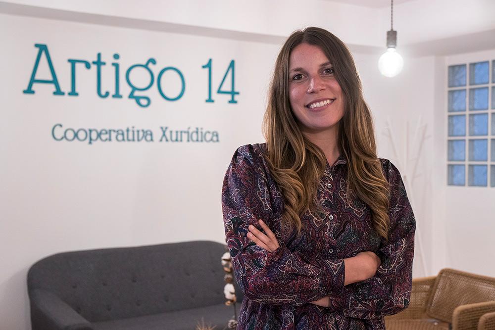Julia álvarez posando con el logotipo de artigo 14